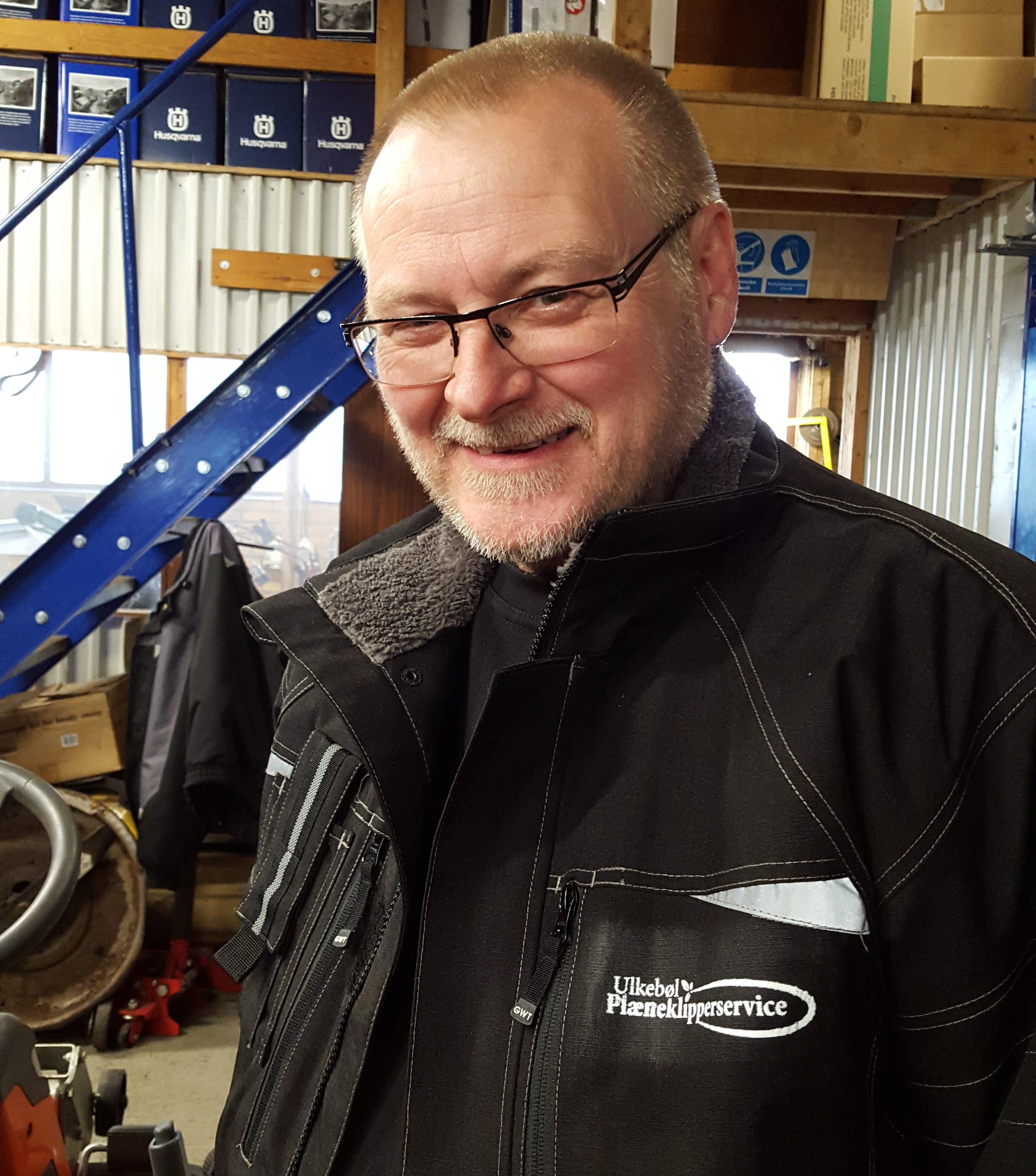 Dette er Leif Hansen, vores kompetente medarbejder med styr på alt til Husqvarna plænerobotter